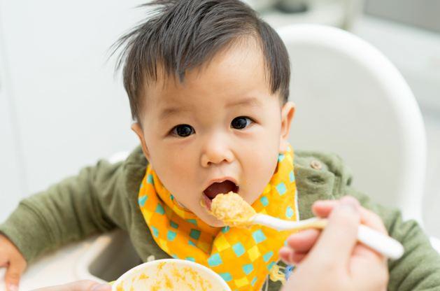 Nên tập cho bé ăn dặm thời điểm nào?